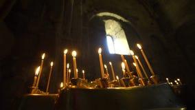 Свечи конусности горя в церков сток-видео