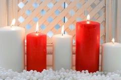 Свечи красного и белого рождества с шариками Стоковые Фотографии RF