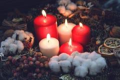 Свечи красного цвета и белых горящие рождества Стоковое Фото