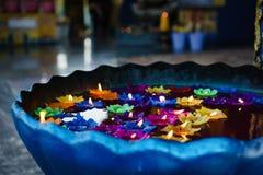 Свечи красочного цветка форменные в плавать Стоковое Изображение RF