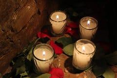 Свечи между лепестками розы Стоковая Фотография RF