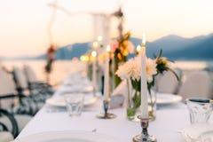 Свечи на банкете свадьбы Украшения свадьбы Wedding на Стоковое Изображение RF