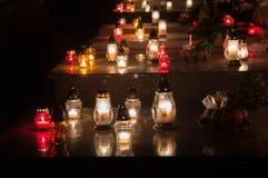 Свечи на весь день ` душ в кладбище стоковые фото