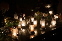 Свечи на весь день ` душ в кладбище стоковая фотография rf