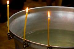 3 свечи на краю шрифта в Русской православной церкви стоковая фотография