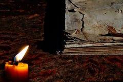 Свечи на старой деревянной бумаге пола старой и выдержанной примечания Стоковые Изображения RF