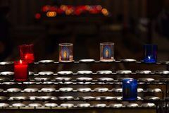 Свечи на шкафе в церков Стоковая Фотография
