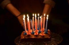 Свечи дня рождения на торте Стоковые Изображения RF