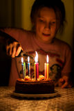 Свечи дня рождения света девушки ребенка стоковое фото rf