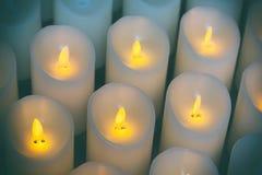 Свечи освещают предпосылку группы свечей в церков Стоковое Изображение