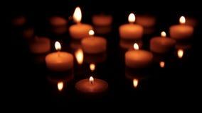 Свечи освещая на таблице акции видеоматериалы
