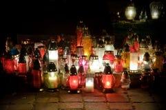 Свечи памяти на могилах ночи в кладбище Стоковые Изображения