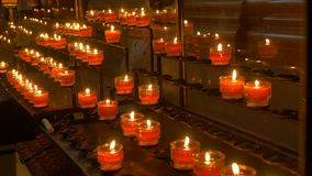 Свечи полок в церков сток-видео