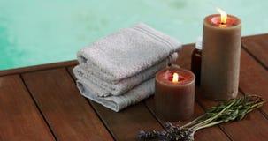 Свечи полотенец и высушенная лаванда бассейном акции видеоматериалы