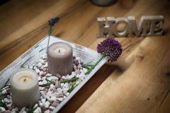 Свечи при домашний знак запачканный на деревянных остатках и релаксации таблицы Стоковое Изображение