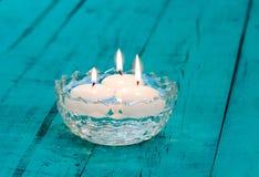 Свечи плавая в стеклянный шар на деревенской таблице Стоковая Фотография