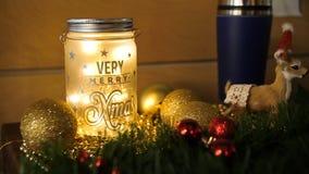 Свечи рождества с украшениями рождественской елки и ветви белого подсвечника дома, белых и сини и дерева с a Стоковые Изображения RF