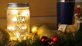 Свечи рождества с украшениями рождественской елки и ветви белого подсвечника дома, белых и сини и дерева с a Стоковое Фото