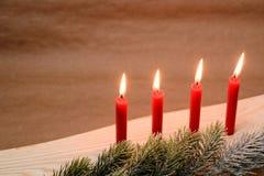 Свечи рождества и ветвь ели Стоковое Фото