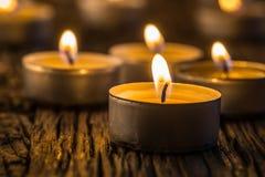 Свечи света в пришествии Свечи рождества горя на ноче Золотой свет пламени свечи Стоковые Изображения