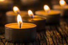 Свечи света в пришествии Свечи рождества горя на ноче Золотой свет пламени свечи Стоковое Фото