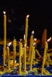 Свечи света на черной предпосылке Золотой свет пламени свечи Стоковые Фотографии RF