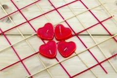 Свечи сердца форменные на деревянном столе Стоковая Фотография RF