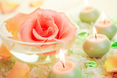 Свечи соли для принятия ванны цветка компонентов курорта розовые ароматичные Стоковое Изображение RF