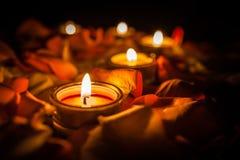 Свечи среди лепестков роз Стоковая Фотография RF
