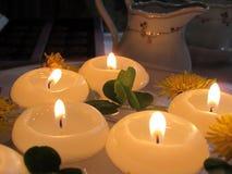 Свечи с одуванчиками в воде Стоковые Фото