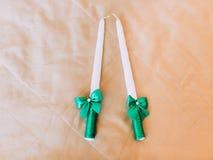 2 свечи с смычками обернуты в зеленых лентах Стоковые Фотографии RF