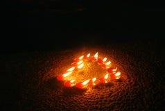 Свечи формы сердца в ветреной темной ноче Стоковое фото RF