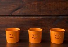 3 свечи хеллоуина оранжевых на деревянной предпосылке стоковые изображения rf