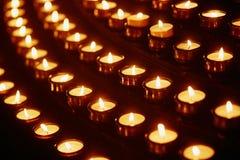 Свечи церков в желтых прозрачных люстрах Стоковое фото RF