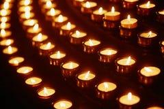 Свечи церков в желтых прозрачных люстрах Стоковые Изображения