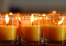 Свечи церков в желтых прозрачных люстрах Стоковое Фото