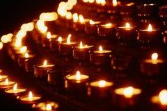 Свечи церков в желтых прозрачных люстрах Стоковые Изображения RF
