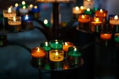 Свечи церков в красном, зеленом, голубом и желтом прозрачном chande Стоковая Фотография RF