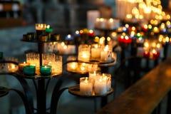 Свечи церков в красном, зеленом, голубом и желтом прозрачном chande Стоковые Фотографии RF