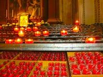 Свечи церков в красных и желтых прозрачных люстрах Стоковая Фотография