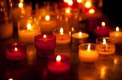 Свечи церков в красных и желтых люстрах Стоковое Фото