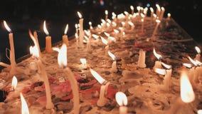 Свечи церков горят на фоне расплавленного воска на таблице акции видеоматериалы