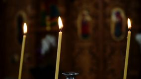 Свечи церков закрывают вверх сток-видео