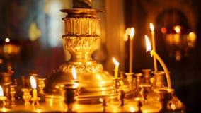 Свечи церков Lit на шипе сток-видео
