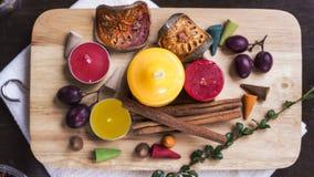 Свечи, циннамон, ягоды, высушили balefruit на прерывая доске fl Стоковые Изображения