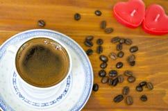 Свечи чашки кофе и сердца форменные Стоковые Изображения