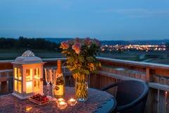 Свечи, Шампань и розы на крылечке Стоковые Изображения RF