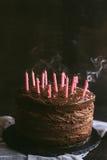 Свечи Blowed на шоколадных тортах Стоковые Фотографии RF