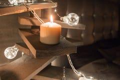 Свечи Cloweup Альтернативная деревянная рождественская елка Handmade рождественская елка и электрическая лампочка на поле в комна Стоковые Изображения
