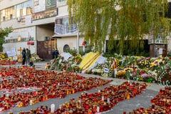 Свечи Lit в памяти о людях и 150 32 мертвых ранили в огне на клубе Colectiv Стоковые Фото